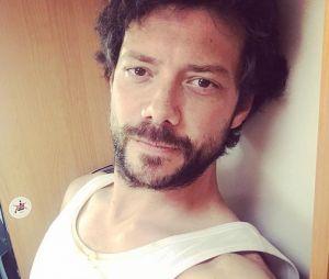 """O ator Álvaro Morte, de """"La Casa de Papel"""", ama viajar, ler e cozinhar nas horas vagas"""