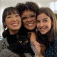 """Elenco de """"As Five"""" mostra que a gatinha Lucky está fazendo a alegria das gravações!"""