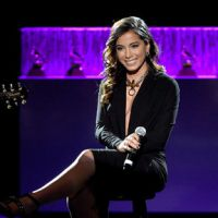 Anitta usa look Givenchy no Grammy Latino e ganha elogio de estilista!