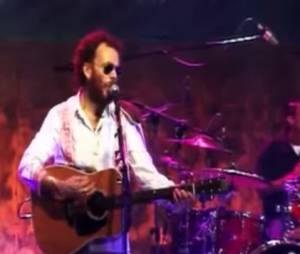 """Nando Reis na versão ao vivo da música """"Por Onde Andei"""""""