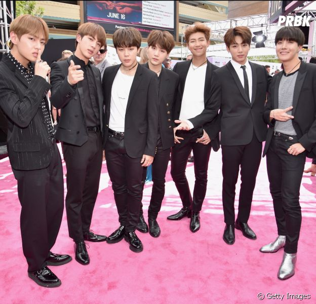 BTS posa no tapete vermelho do Billboard Music Awards 2017