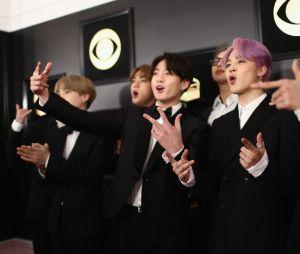 BTS posa no tapete vermelho da 61ª cerimônia do Grammy Awards, em 2019