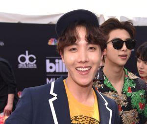 J-Hope, do BTS, posa no tapete vermelho do Billboard Music Awards 2018