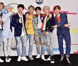 BTS posa no tapete vermelho do American Music Awards 2017