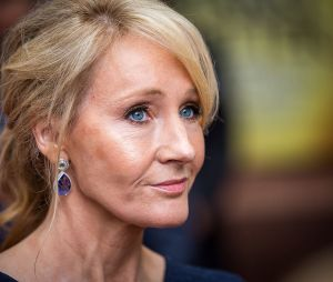 J.K. Rowling é acusada transfobia. Entenda o caso