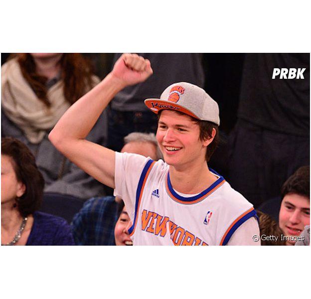 Ansel Elgort foi ao jogo do New York Knicks pela primeira vez e ganhou uma super homenagem