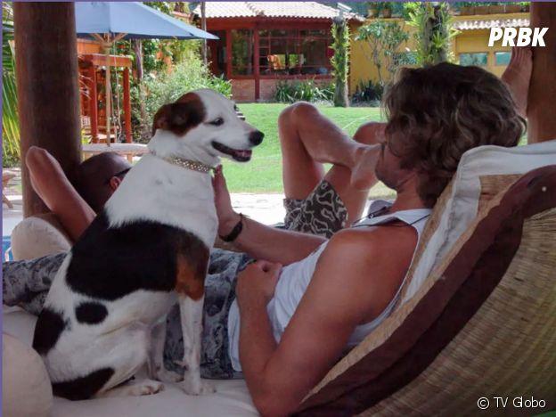 """Caetano e Molly, a cadela do """"BBB"""", na primeira edição do programa"""