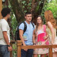 """Novela """"Alto Astral"""": Gaby ajuda Emerson e vê Gustavo humilhar o amigo"""