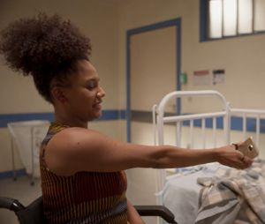 """""""Amor de Mãe"""": Camila (Jéssica Ellen) vai manter Thelma (Adriana Esteves) em casa para que Danilo (Chay Suede) possa investigar a mãe"""