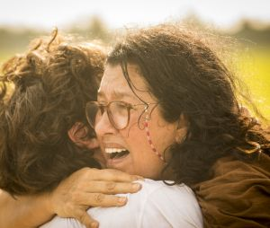 """""""Amor de Mãe"""": Lurdes (Regina Casé) encontra Domênico/Danilo (Chay Suede) enquanto foge do sítio que Thelma (Adriana Esteves) a deixou aprisionada"""