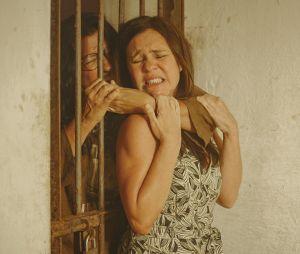 """""""Amor de Mãe"""": Thelma (Adriana Esteves) volta para o sítio em que aprisionou Lurdes (Regina Casé), mas não encontra a babá no local"""