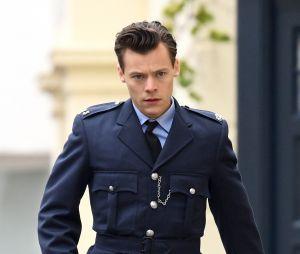 """Harry Styles no set de """"My Policeman"""", provando que fica ainda mais lindo de uniforme"""