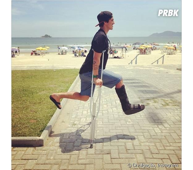 Gabriel Medina faz brincadeira mesmo com a perna quebrada