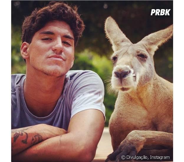 Gabriel Medina tira foto com animal em parque da Austrália