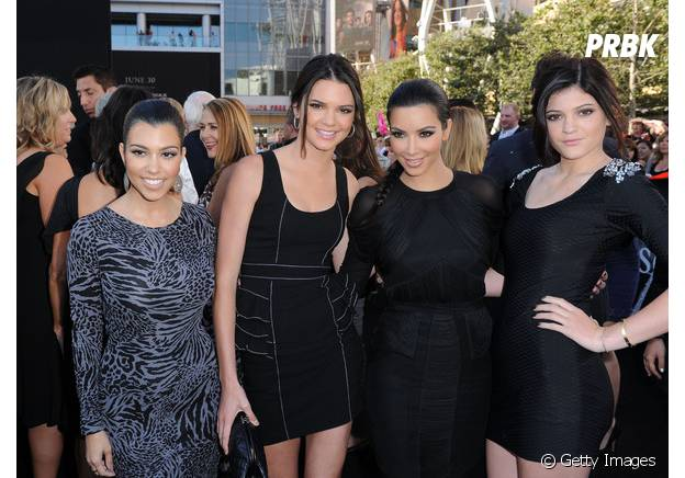 Kendall Jenner na foto com as irmãs Kardashians