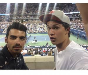 Ansel Elgort e Joe Jonas dividem uma selfie em um jogo de tênis
