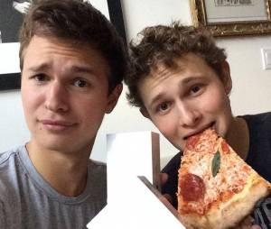 Fã de pizza e iPhones, Ansel Elgort ostenta com seu amigo no Instagram