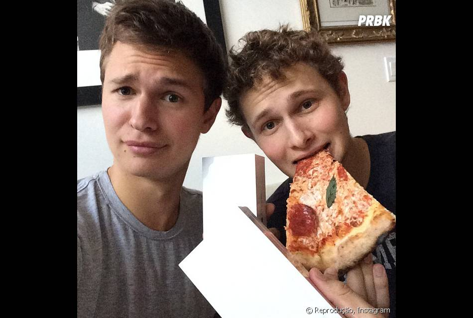 foto de Fã de pizza e iPhones Ansel Elgort ostenta com seu amigo