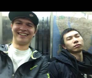 Ansel Elgort mostra que é zoeiro e posa ao lado de um dorminhoco no metrô