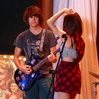 """Novela """"Malhação"""": Vicki (Manu Gavassi) canta com a banda e dá em cima do Pedro (Rafael Vitti)!"""