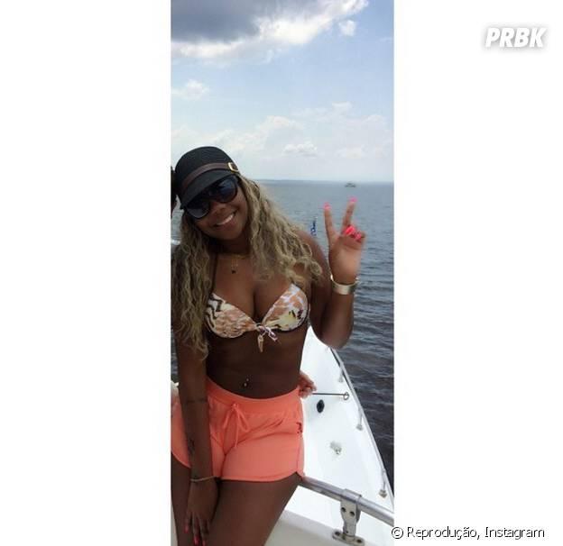 Ludmilla dá incrementada no look praia com uma boina