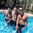 """Os irmãos mais lindos da face da terra, Bruno Gissoni, Rodrigo Simas e Felipe Simas, posam com o """"pau de selfie"""" num dia de sol"""