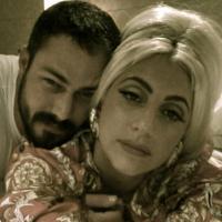 """Lady Gaga revela que faria sexo à três com o namorado Taylor Kinney: """"Isso seria divertido!"""""""