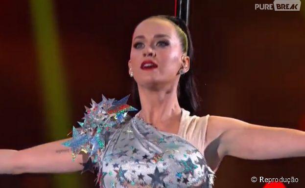 """Katy Perry se emocionou com """"Firework"""" no Super Bowl"""