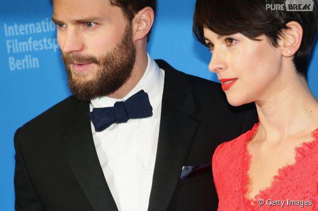 """Ao lado da esposa Amanda Waller, Jamie Dornan marca presença em première de """"Cinquenta Tons de Cinza"""""""