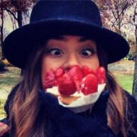 Em Nova York, Thaila Ayala faz graça com torta de morango em foto do Instagram