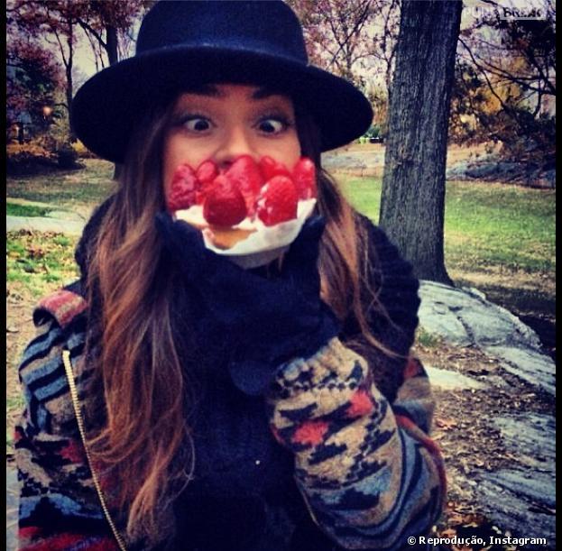 Thaila Ayala, em Nova York, posta foto segurando tortinha de morango e fazendo careta
