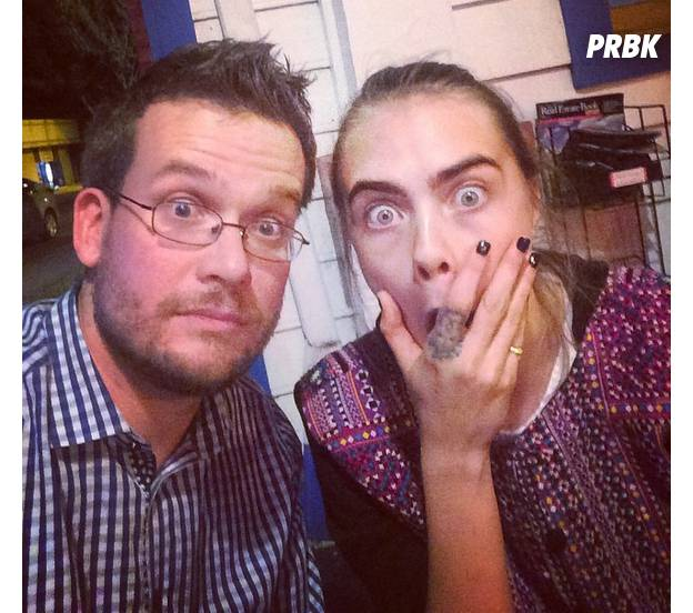 "John Green posta foto ao lado de Cara Delevingne em bastidores de ""Cidades de Papel"""