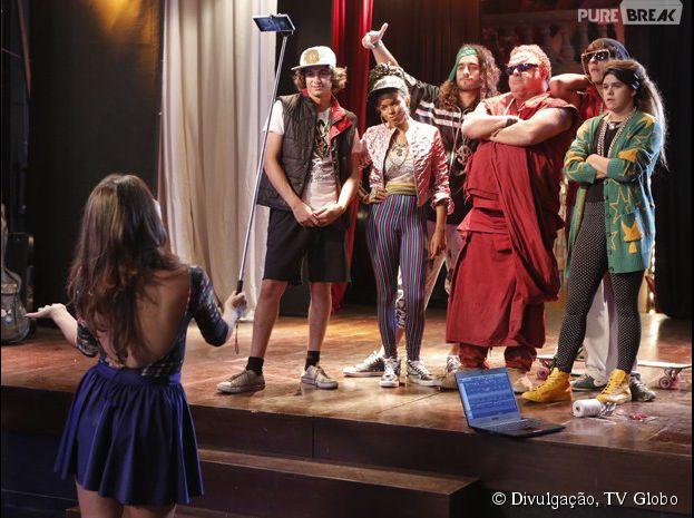 """Em """"Malhação"""", Pedro (Rafael Vitti) grava com Sol (Jeniffer Nascimento) e a Galera da Ribalta o clipe para a música que fez para Karina (Isabella Santoni)"""