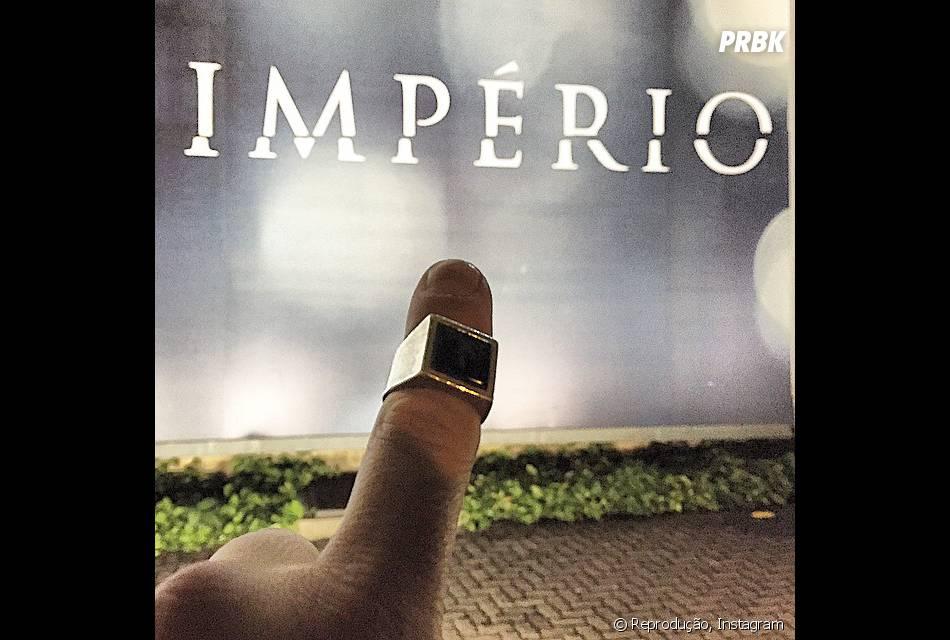 """Alexandre Nero mostra o anel do Comendador, que irá guardar de lembrança após o fim de """"Império"""""""