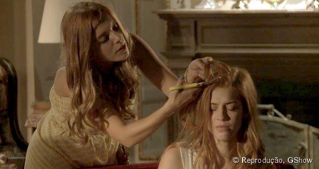 """Em """"Alto Astral"""", personagem de Giovanna Lancellotti corta as longas madeixas de Sophia Abrahão"""