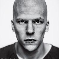 """De """"Batman V Superman"""": Jesse Eisenberg raspa a cabeça e aparece careca na pele do vilão Lex Luthor"""