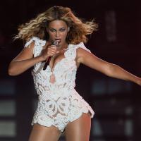 OMG! Beyoncé é puxada por fã durante show em SP e cai em cima do público