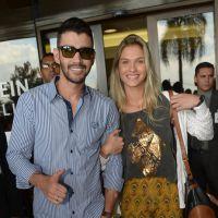 Gusttavo Lima comemora alta de hospital acompanhado da noiva, Andressa Suíta