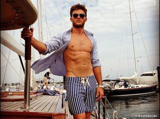 Scott Eastwood publicou no instagram na última sexta-feira (20), uma foto de camisa aberta que mostrava toda a sua boa forma