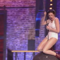 "Anne Hathaway imita Miley Cyrus em ""Wrecking Ball"": assista ao vídeo completo do momento épico!"