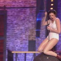 "Anne Hathaway imita Miley Cyrus em ""Wrecking Ball"": assista ao vídeo completo do momento épico!"