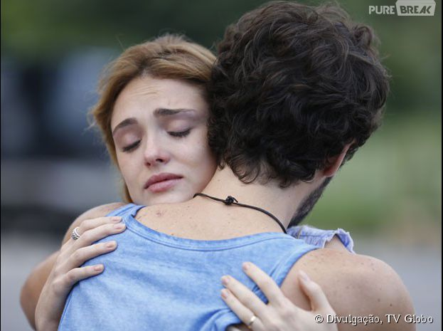 """Em """"Sete Vidas"""", Júlia (Isabelle Drummond) e Pedro (Jayme Matarazzo) se abraçam ao saberem da verdade"""