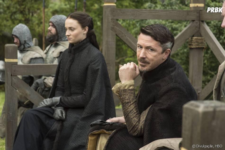 """Baelish (Aidan Gillen) está fazendo de tudo para defender Sansa (Sophie Turner) em """"Game of Thrones"""""""