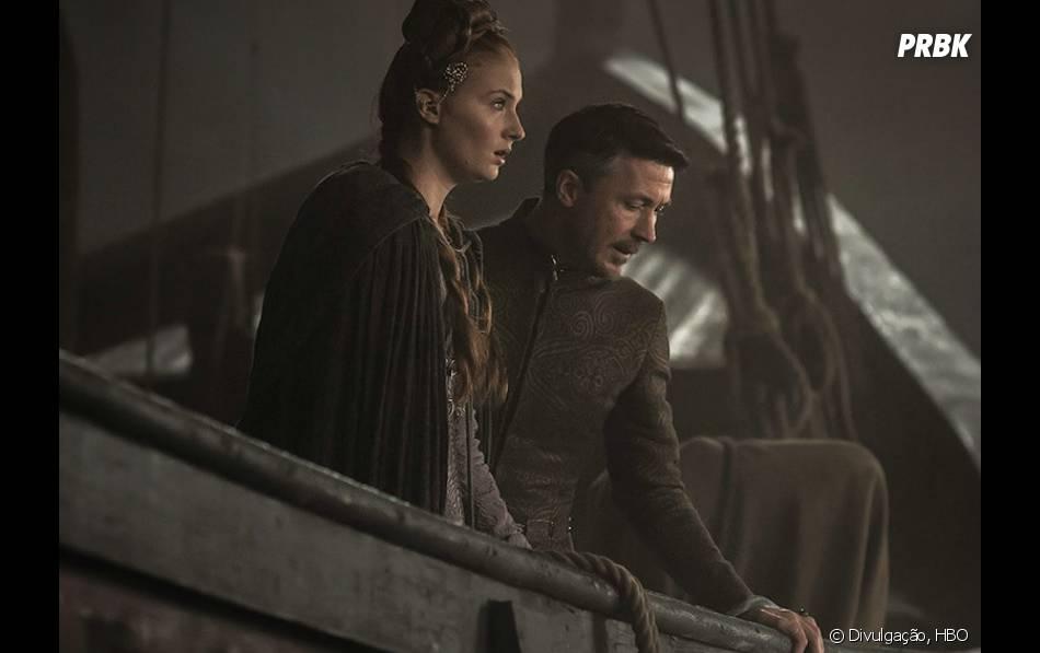 "Em ""Game of Thrones"", Baelish (Aidan Gillen) está toda hora tentando salvar Sansa (Sophie Turner)"