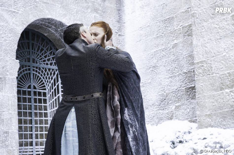 "Na 4ª temporada de ""Game of Thrones"", Baelish (Aidan Gillen) beijou Sansa (Sophie Turner)"
