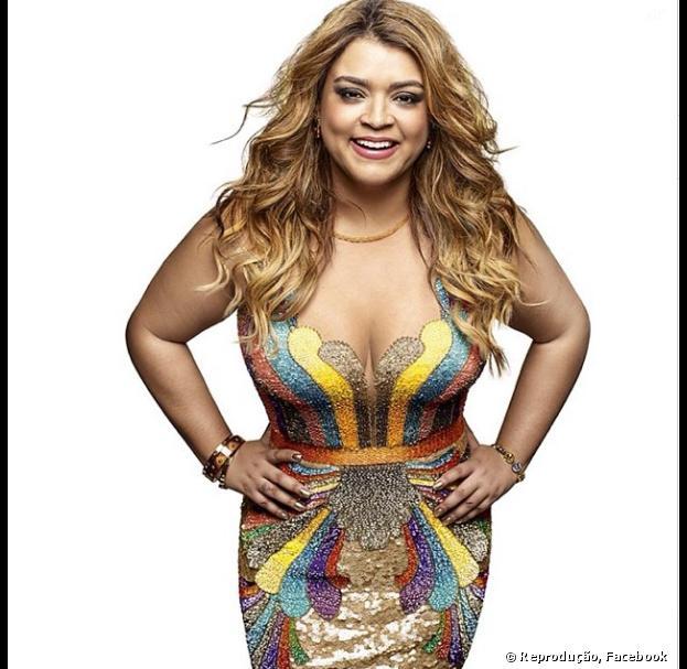 """Com um vestido colorido, Preta Gil estampa a capa da revista """"Nova"""" de dezembro e exibe a nova silhueta"""