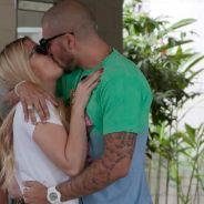"""Fernando e Aline, do """"BBB15"""", beijam muito em clima apaixonado em visita à Globo"""