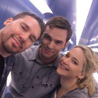"""Jennifer Lawrence e ex-namorado Nicholas Hoult posam juntinhos em bastidores de """"X-Men: Apocalipse"""""""