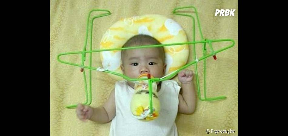 Esse suporte para mamadeiras de bebê é bem criativo, porém nada funcional