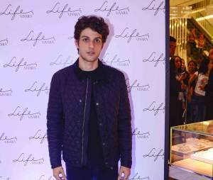Chay Suede apostou no pretinho básico e jaqueta de couro em lançamento de nova linha de joias, em São Paulo